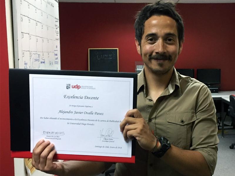 Profesor Ovalle recibe premio a la Excelencia Docente 2017